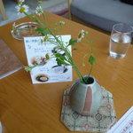 ロビーラウンジ すみれ - ☆テーブルの上も少しだけ(^^ゞお花があるのは嬉しいですね☆