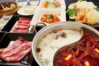 金燕酒家 - 人気の金燕火鍋のコース。前菜、点心、海老料理・・・そして火鍋、〆は杏仁で大満足です