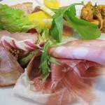 オステリア チロ - 前菜盛合せ:モルタデッラと生ハム/       北海道産仔牛の燻製/       トリレバーのクロスティーニ・・・