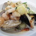 オステリア チロ - 魚介クリームソースの三色ニョッキ