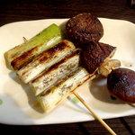 こちら西区高島裏横浜炭焼所 - 椎茸と葱です、豚串をいただいた後でしたんで余裕のピント合せですよ