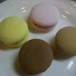サロン・ド・テ・ペルティエ - マカロンお皿に並べてみました