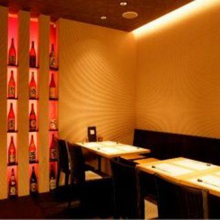 しっとりとした照明と、壁に並んだ焼酎が雰囲気抜群!お料理にはこだわりたい、そんな時の一軒!