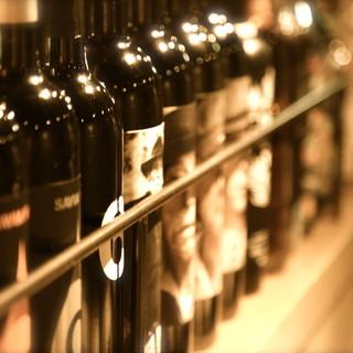 カウンター席でワインも飲めます。