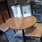 GERMAN FARM GRILL - 私が座った、3人用の丸テーブル