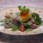 欧風懐石 勝 - パルマ産生ハムと有機野菜のサラダ 温泉たまごとパルメザンチーズで