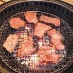 牛角 - 美味しそうな肉がどんどん焼けていきます
