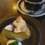 ELK COFFEE - ベイクドチーズケーキ 480円(珈琲とセットで100円引き)すごく濃厚なチーズケーキだったよ。