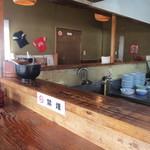 16972074 - 広い厨房越しのカウンターのある店内はいかにも伝統のあるうどんやさんッて感じの雰囲気です。