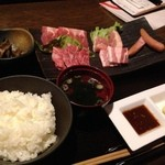 16974396 - 黒毛和牛プレート1000円。ご飯・スープはお替わり自由。女性にはデザートがサービス。