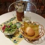 カフェ ア・ラ・カンパーニュ - パスタランチにつくミニサラダとパン