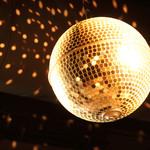 炭火焼ホルモン ぐう - きらきら輝くミラーボール