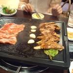 16977393 - お肉とキムチと葉っぱと、それを葉っぱで巻き巻きして食べますよ