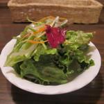 16980548 - サラダはドレッシングを上からかけたのではなく、軽くあえた感じで野菜の味が堪能できます。
