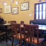 16982066 - こちらはテーブル席。