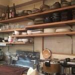 グリル デミ - 木棚に食器が沢山並びます