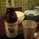 ガムランディー - シンハービール\650。独特のコクと後味の苦味がカレーにマッチ