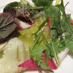 リストランテ カノビアーノ 福岡 - 冷たい前菜。美しいサラダの下に真ハタのカルパッチョが忍んでおりました。