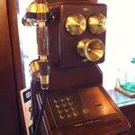 丸福珈琲店 - 店内にはレトロな公衆電話。