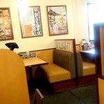 太一商店 - 4人掛けのテーブル席が3つ