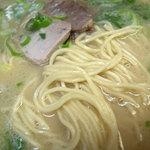 17005151 - アッサリ系ながらバランスの良さを感じさせる美味しいスープに素朴な感じの麺がマッチしてます。