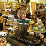 シェフ・ミッキー - パンコーナーにあるシェフ姿のミッキー像。