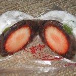 一不二 - 大粒の苺が羽二重餅に。