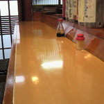 酒井 - カウンターの他にテーブル席もありますよ
