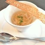リシュール 苦楽園 - 温かい蟹のコンソメスープ 柚子餅を入れて