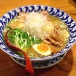 17017567 - わんたんとり塩めん  味付けワンタンと品の良い出来の鶏叉焼  麺は極細ストレート麺  スープも程良い塩加減