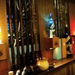 つぼ吉 - お酒のボトルがお店の灯りになっています