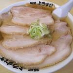 麺屋 ようすけ - ドンブリには『バラ肉チャーシュー』で蓋をしたようなビジュアル。
