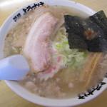 麺屋 ようすけ - スープの表面には「チャーシューの脂身」、「フライドオニオン」が浮き、じつに旨そう。