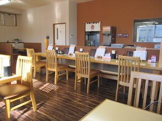 麺屋 ようすけ - コチラは入店して左手のボックス、テーブル、カウンター席。