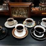 サイフォンズ - カウンターのお客様には、お好きなカップにてコーヒーをご堪能して頂きます