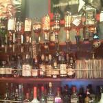 ジェービーズバー - カウンターから。夜はバーになるようで様々なお酒が