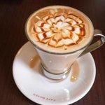 栗栗珈琲 - キャラメルマキアート・・ソーサーにカフェ ロッソのロゴが