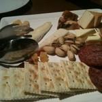 フォルトゥーナ - チーズ盛合せだけどサラミやなんやらのワイン泥棒!