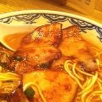 由丸 - 半チャーシュー麺、バリカタ、中盛り、焦がしニンニクトッピング。