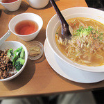 17050365 - 日替わりのご飯付きサービスランチは650円。チャーシューと葱の香り汁そば+四川風肉味噌ご飯+ザーサイのセット。