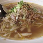 17050366 - チャーシューと葱の香り汁そば。半透明の上品なスープが美しいです。