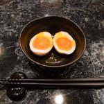 麺料理しんでぃ - 味玉セット(¥100)。しっかり味で、淡味スープとのコントラストが明確