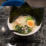 麺料理しんでぃ - 奇数日の和そば(¥750)油を使わない塩スープ。車麩にしじみという具が面白い