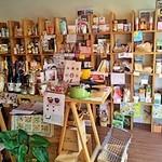 ベジガーデン - 右側では自然食品や雑貨が売られています