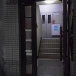 ラメール - 看板の割に、妙に殺風景な入口
