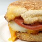 マクドナルド - エッグマックマフィン 焼きたてのイングリッシュマフィンに香る、ほのかなバター風味。たまごのしっとりとした白身と柔らかな黄身とチーズとのハーモニー。