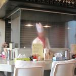 チャイナダイニング 劉 - カウンター席はオープンキッチンスタイル。