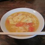 チャイナダイニング 劉 - 完熟トマトと玉子スープの刀削麺500円。
