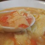 チャイナダイニング 劉 - トマトの軽い酸味とフワフワの卵が美味しいです。 スープはトロミなしのサラサラタイプ。