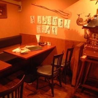 落ち着いた雰囲気のテーブル席と掘りごたつ個室!